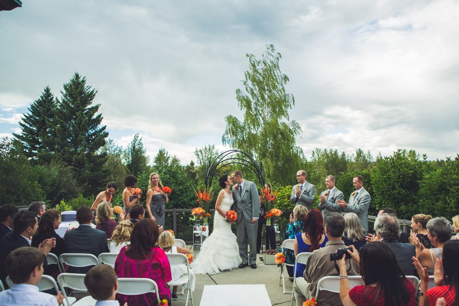 bride groom first kiss valley ridge golf course calgary wedding photographers anna michalska
