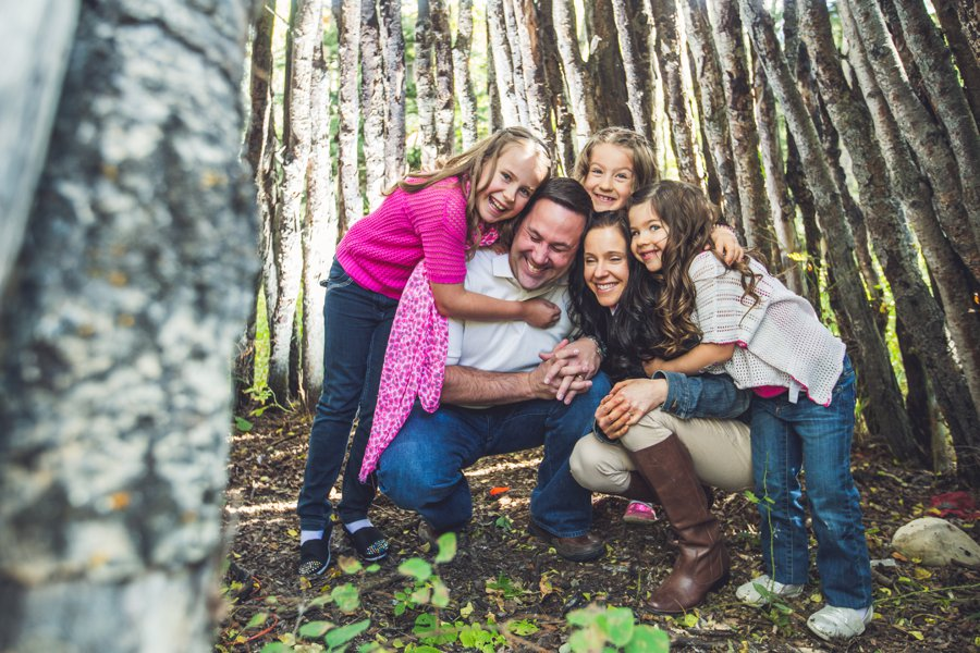 calgary family photographer family inside teepee