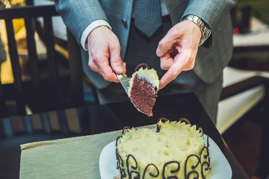 cutting the wedding cake calgary wedding photographer anna michalska