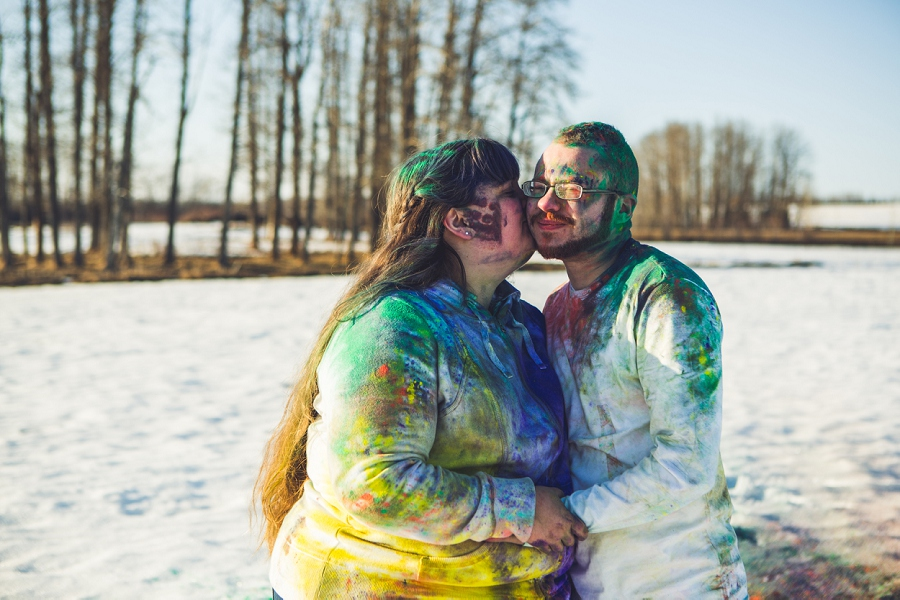 holi powder kiss engagement session anna michalska photography