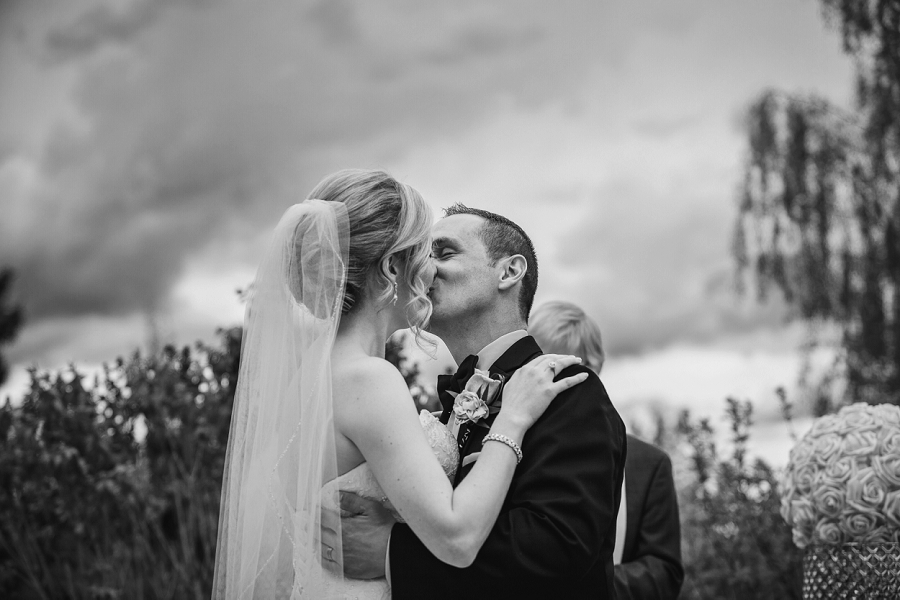 bride and groom first kiss valley ridge golf calgary wedding photographer anna michalska