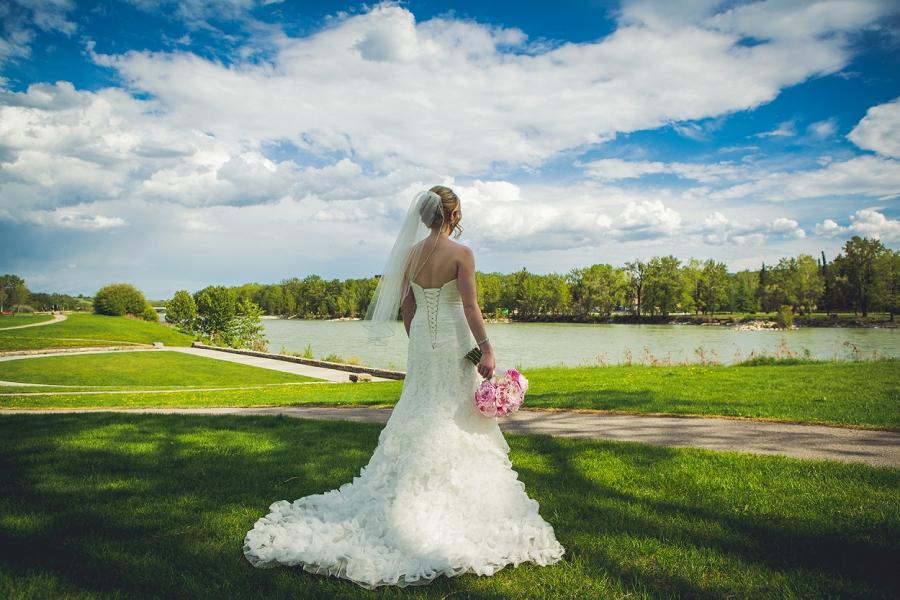 baker park bride ruffled dress pink bouquet calgary wedding photographer anna michalska