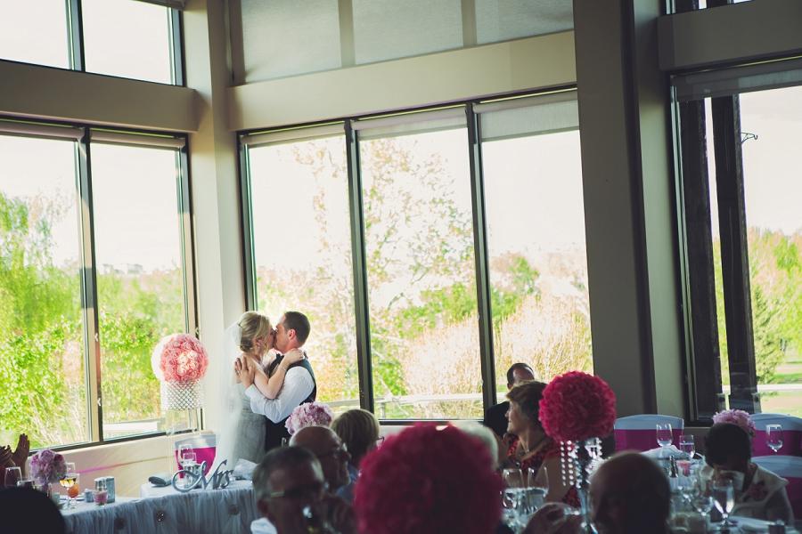 valley ridge golf calgary wedding photographer anna michalska bride groom kiss head table