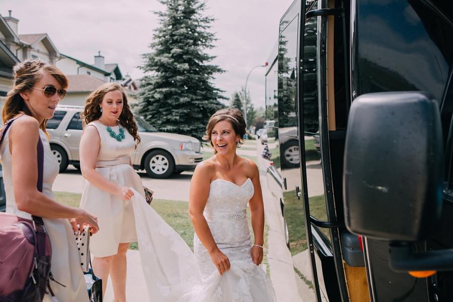 bride getting into limo calgary wedding photographers anna michalska