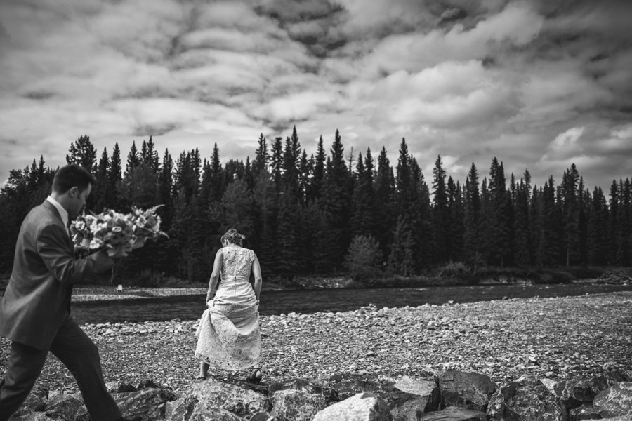 bride walking on rocks elbow springs golf club calgary wedding photographer anna michalska
