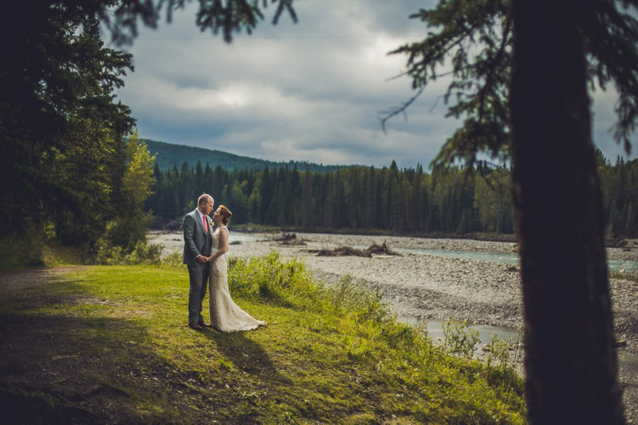 bride groom stormy clouds bragg creek calgary wedding photographer anna michalska