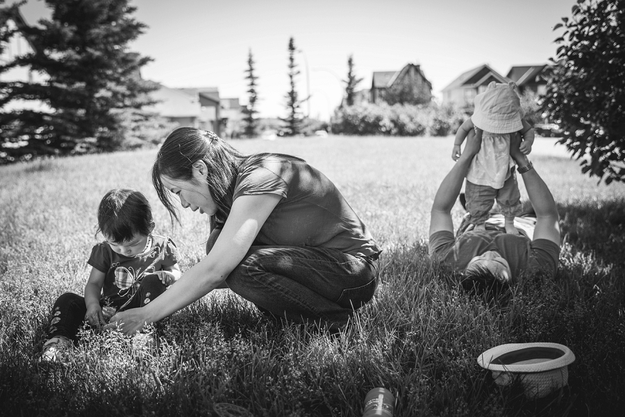 parents playing with children calgary family photography