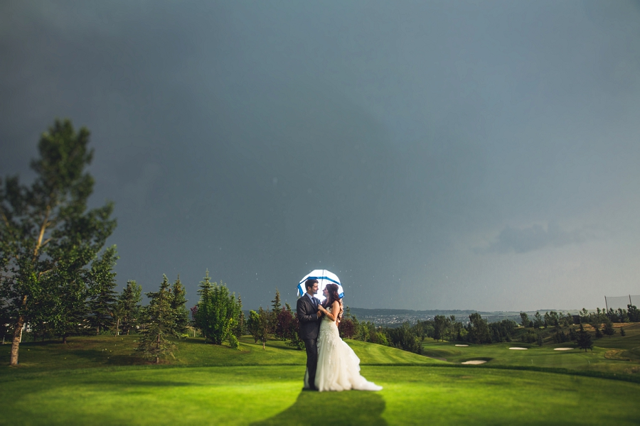 rainy day wedding lynx ridge golf club calgary wedding photographer