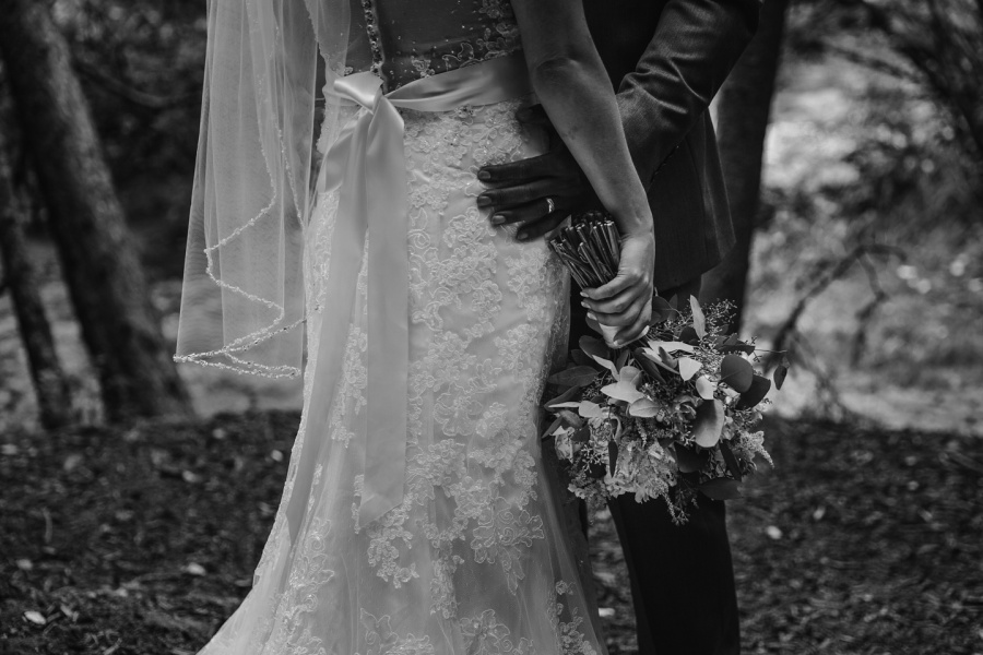 bride groom flowers black and white cochrane ranchehouse wedding calgary