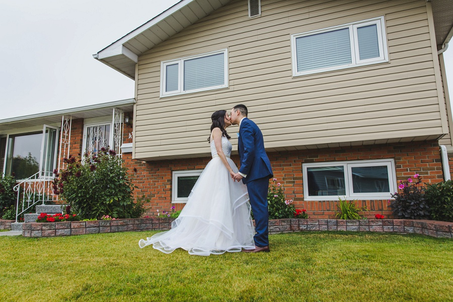 calgary chinese wedding photographers kiss in front yard